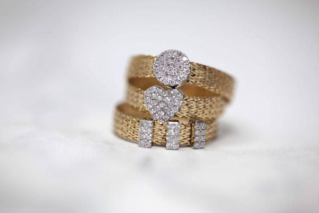 Vkusné náramky a prsteny s nádechem vkusu a přepychu
